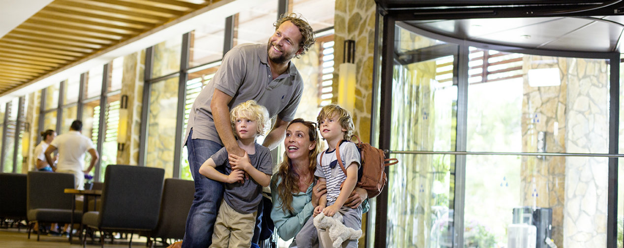 Familie bei Ankunft in TUI BLUE Lobby