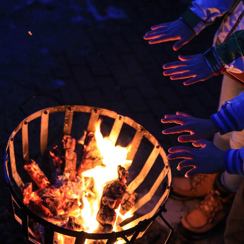 Adventzauber Haendewaermen am Feuer
