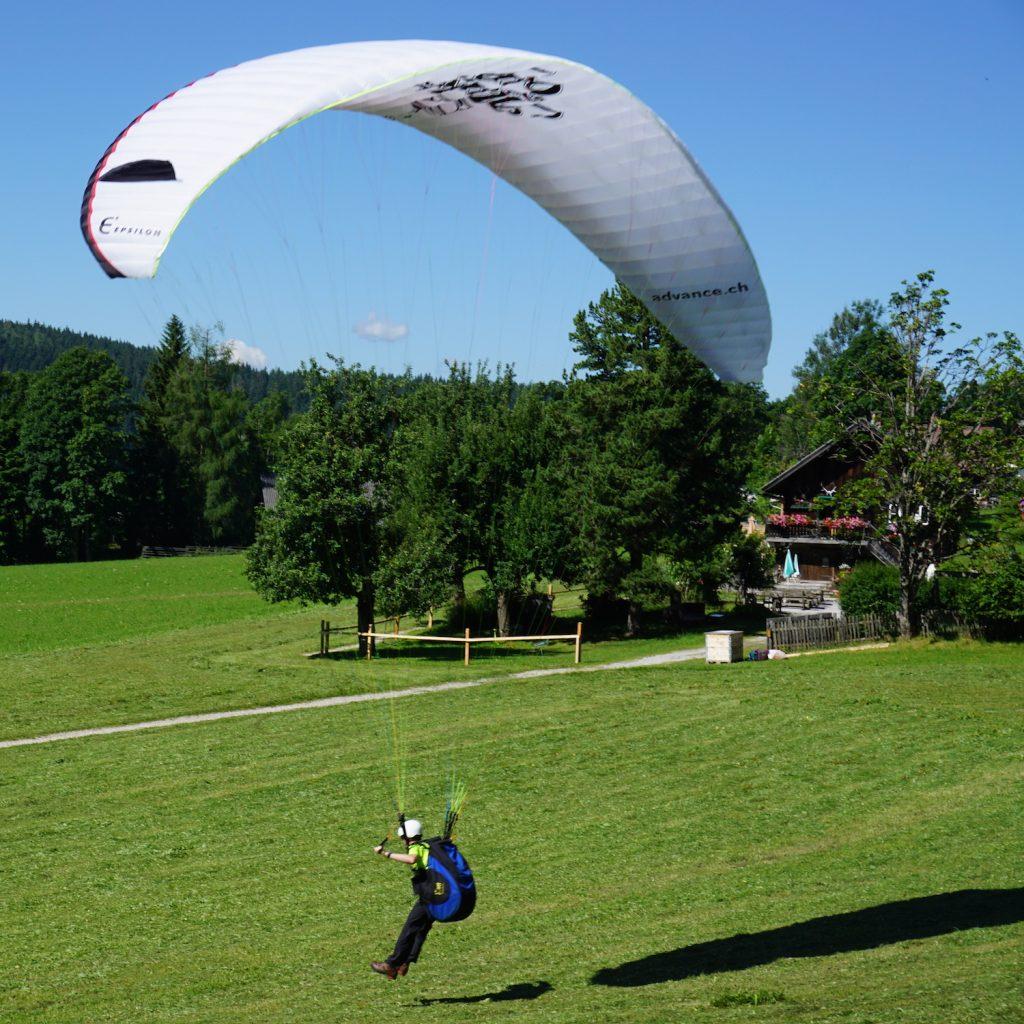 Weißer Gleitschirm beim Paragliding in Schladming