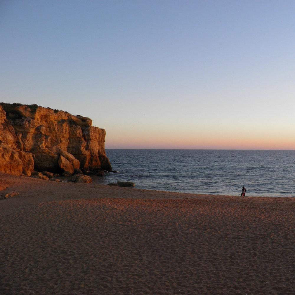 Strände Portugals Abendsonne am Strand Fels