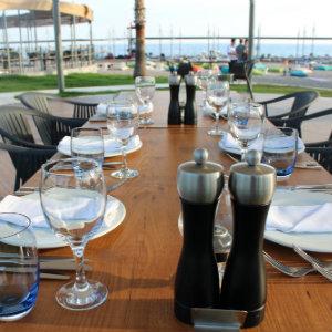 Gedeckter Tisch am Strand