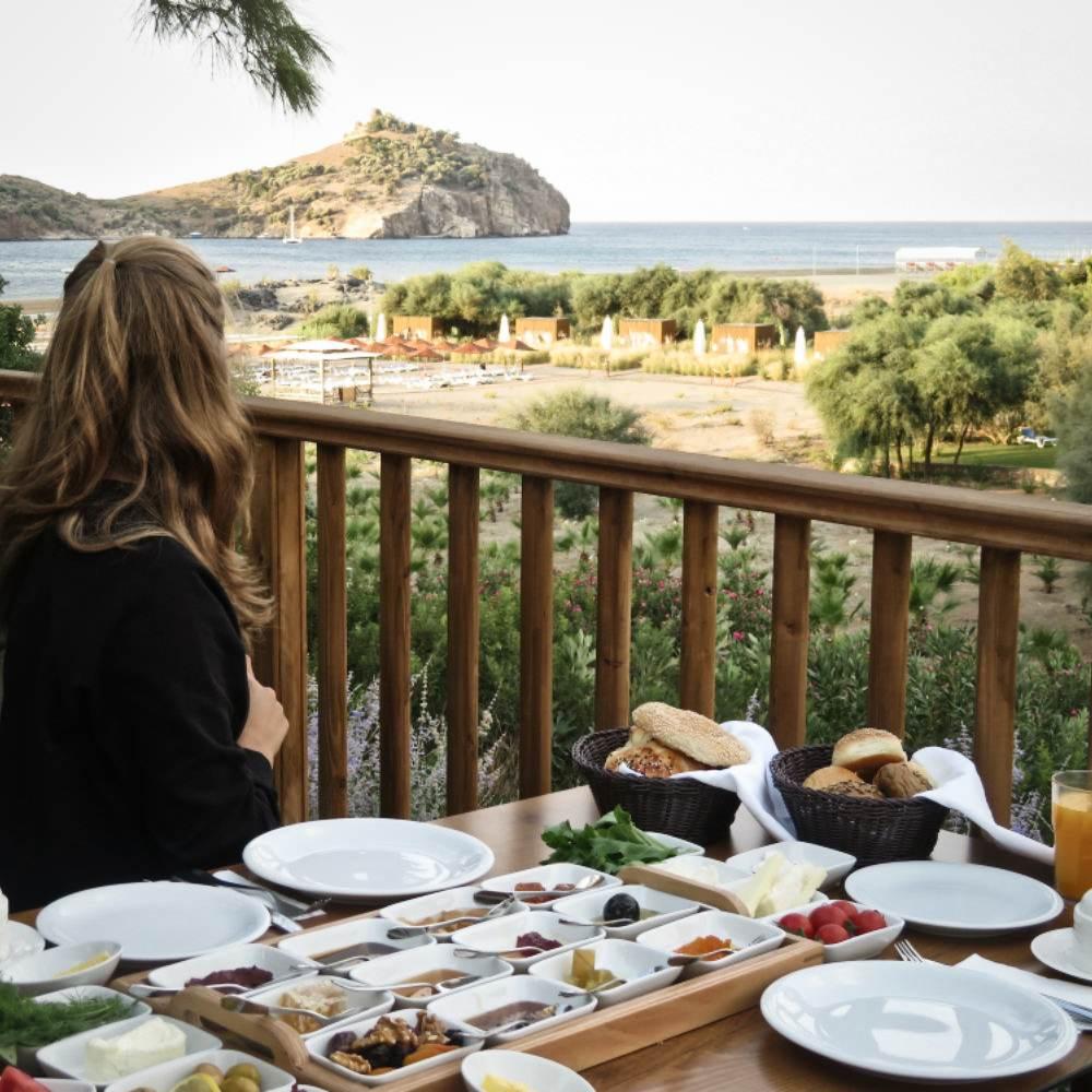 Strand Meer Dorffrühstück Frau guckt auf Meer