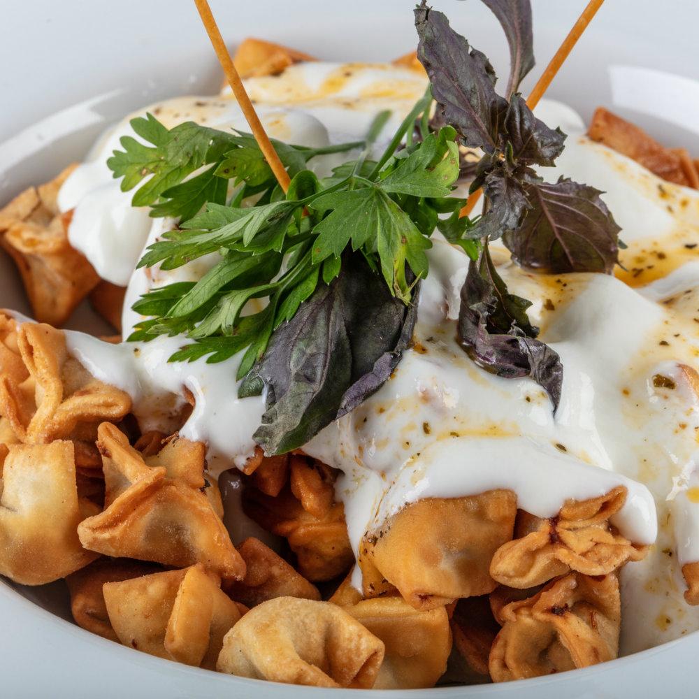 Türkische Gerichte Manti Nudeln Joghurtsauce