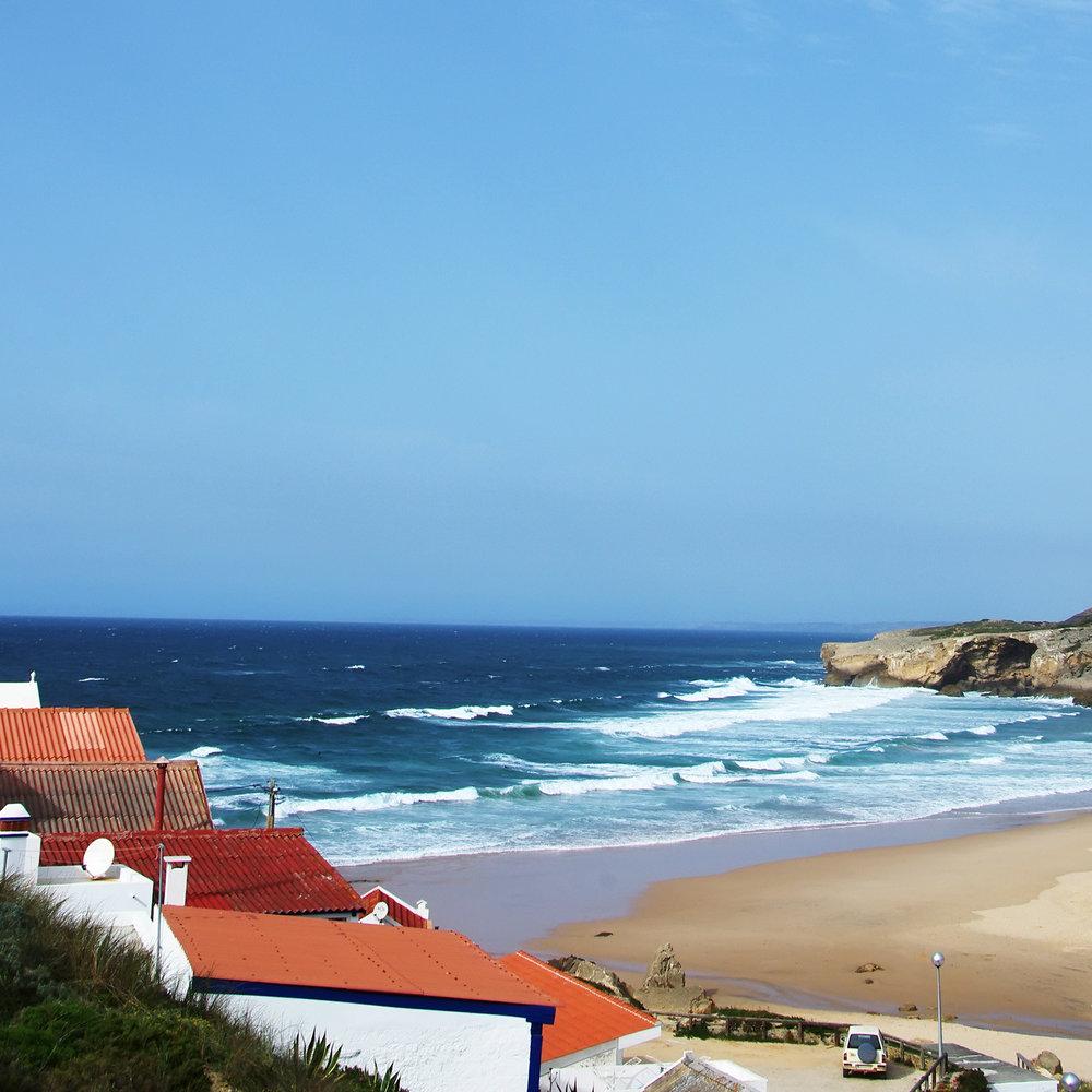 Strand und Meer Bunte Häuser am Fels