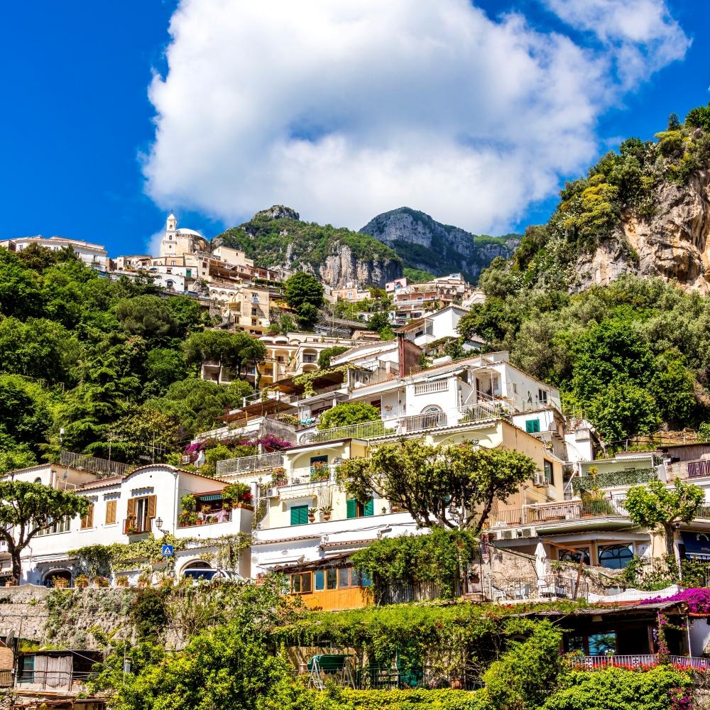 leine bunte Häuser direkt am Hang des Berges