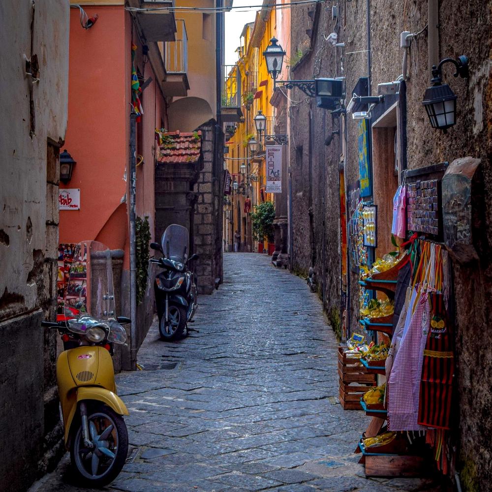 Enge italienische Gasse mit kleinen Geschäften