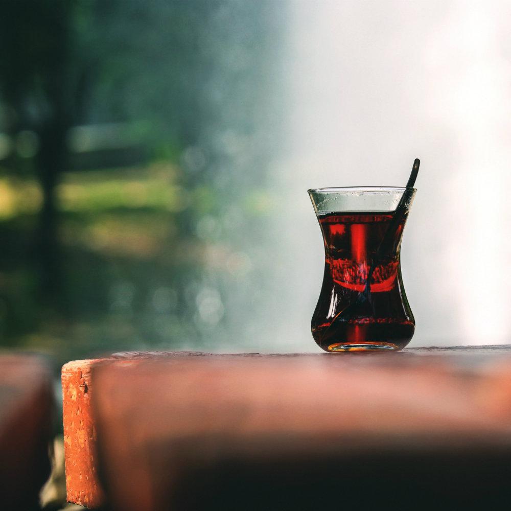 Glas türkischer Tee auf Tisch