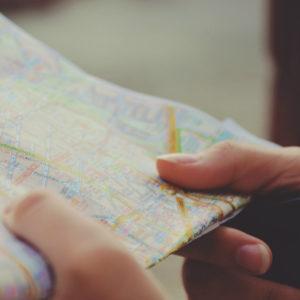 Hand mit Stadtkarte