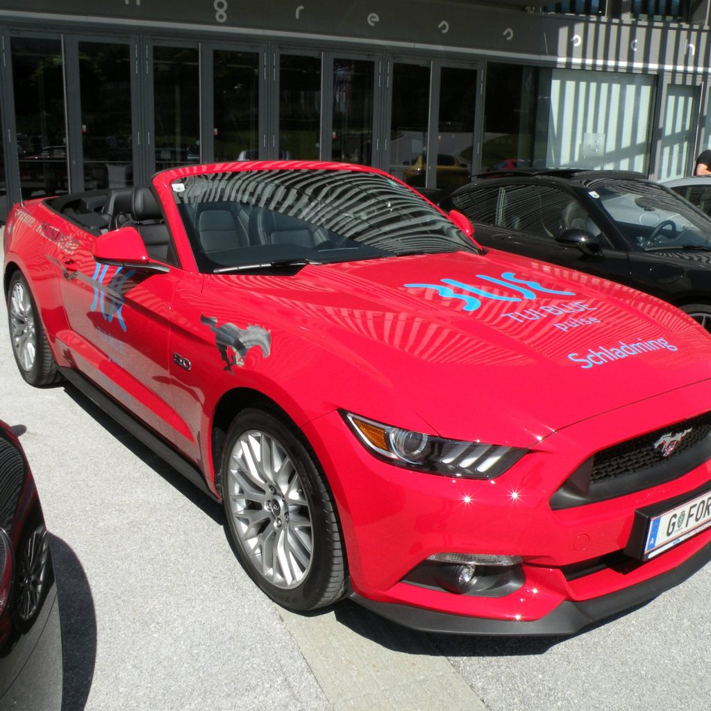 Roter TUI BLUE Ford Mustang