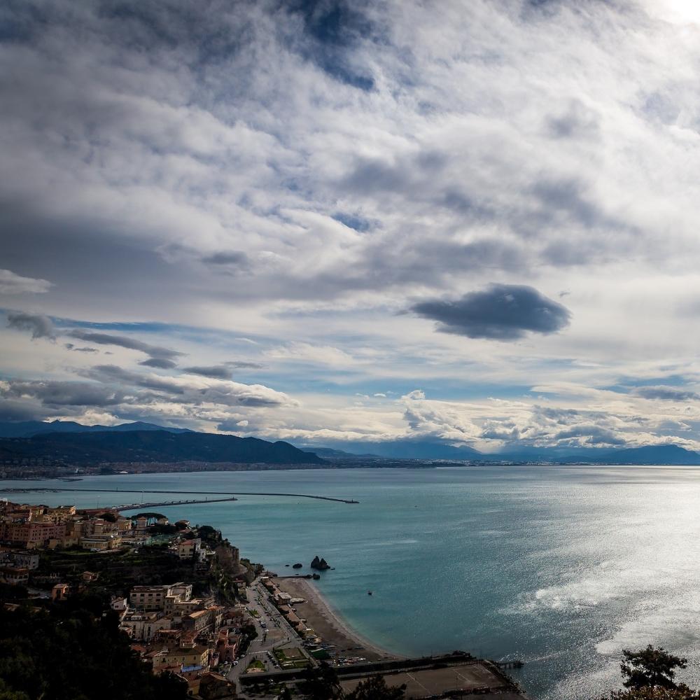 Ausblick aufs glänzende Meer und die Küste