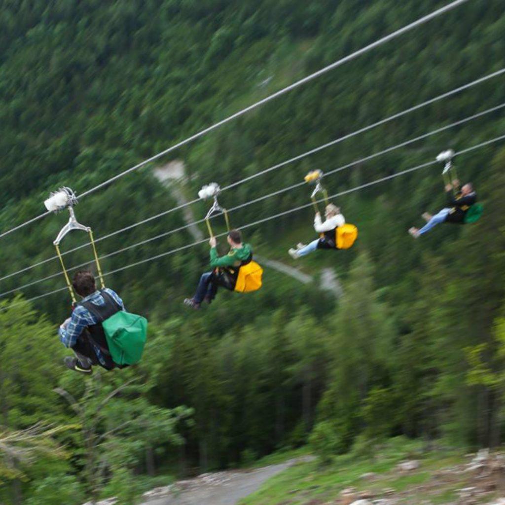 Teilnehmer beim Herunterfahren der Zipline