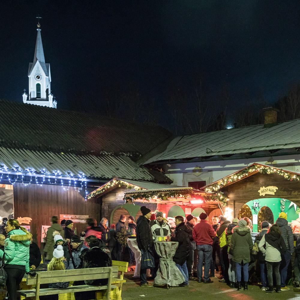 weihnachtsmarkt weihnachtsstimmung menschen hütten