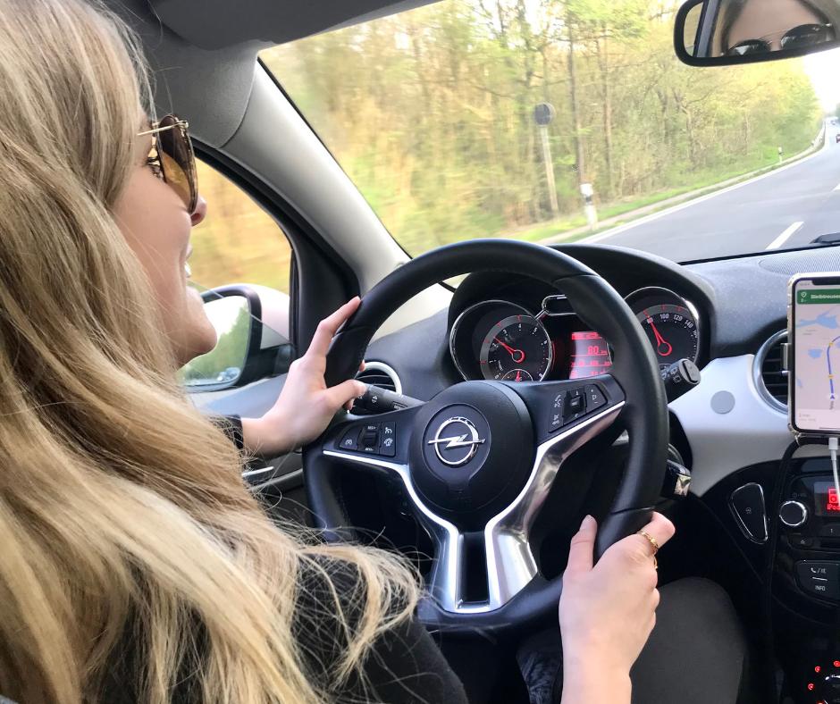 Frau am Steuer Autofahrt Roadtrip Europa