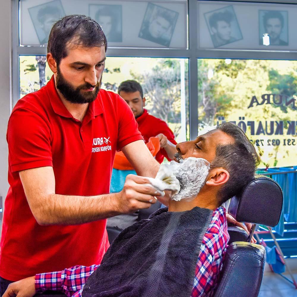 Barbierm mit Rasiercreme