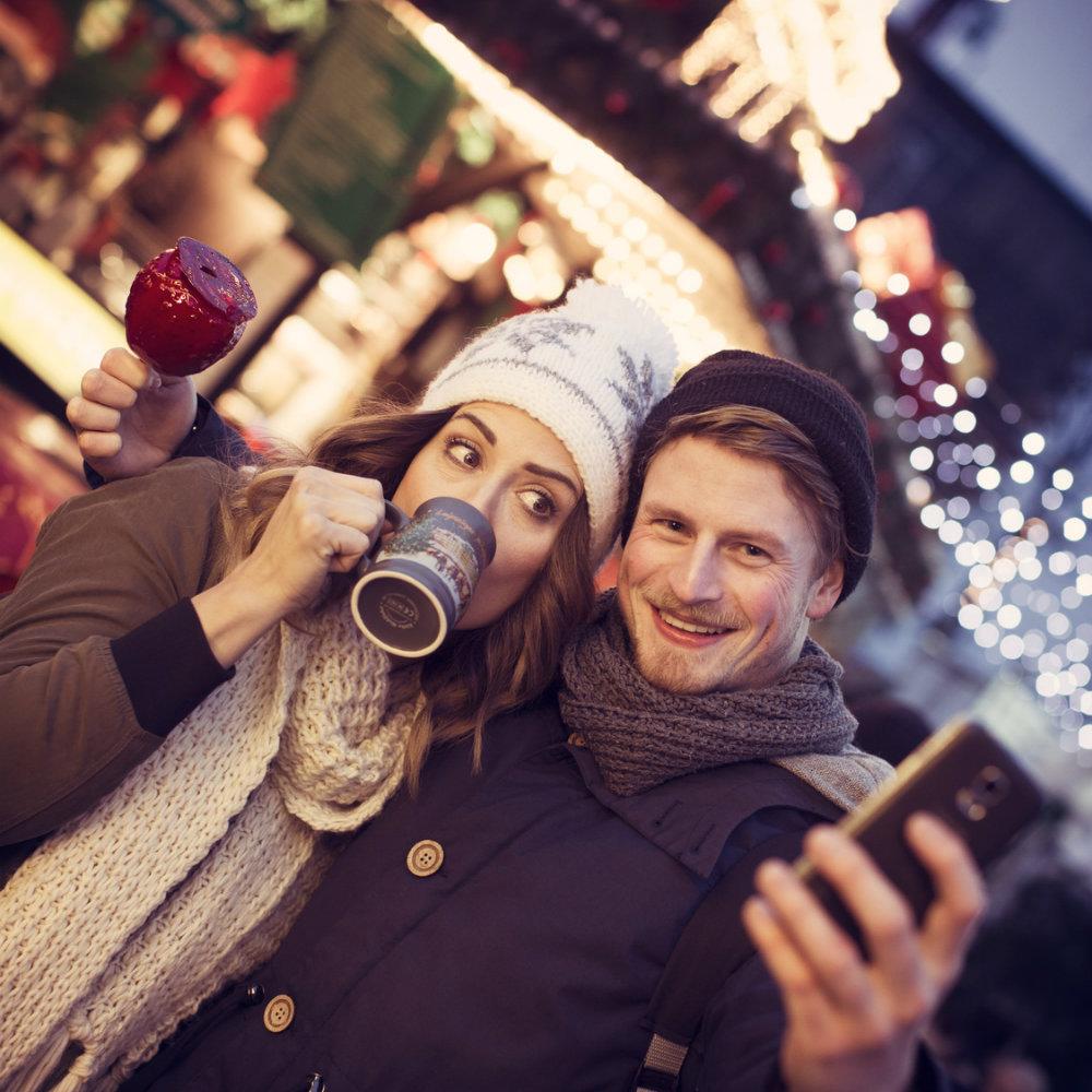 selfie pärchen weihnachtsmarkt