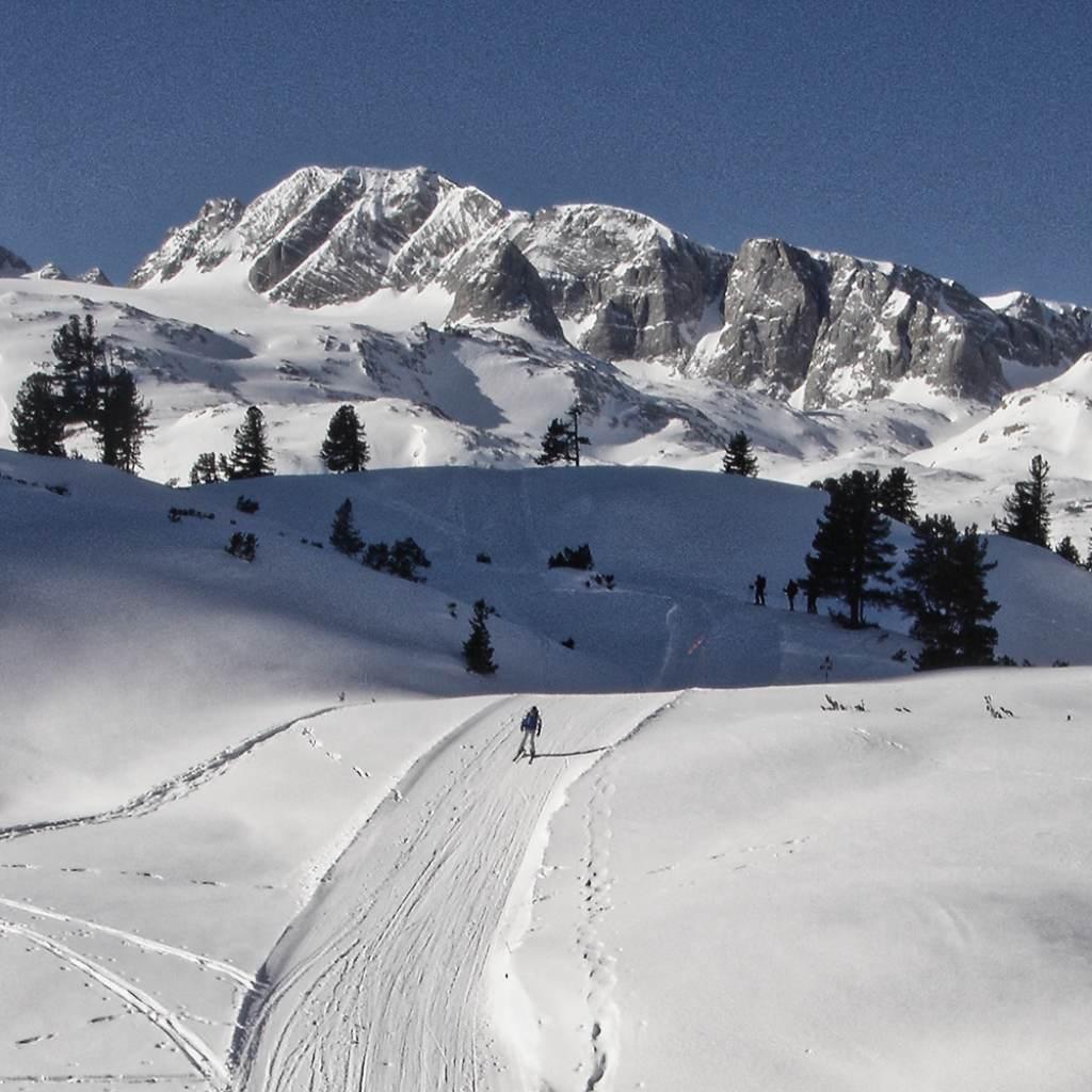 Dachsteinüberquerung Mensch bei Abfahrt in Winterlandschaft