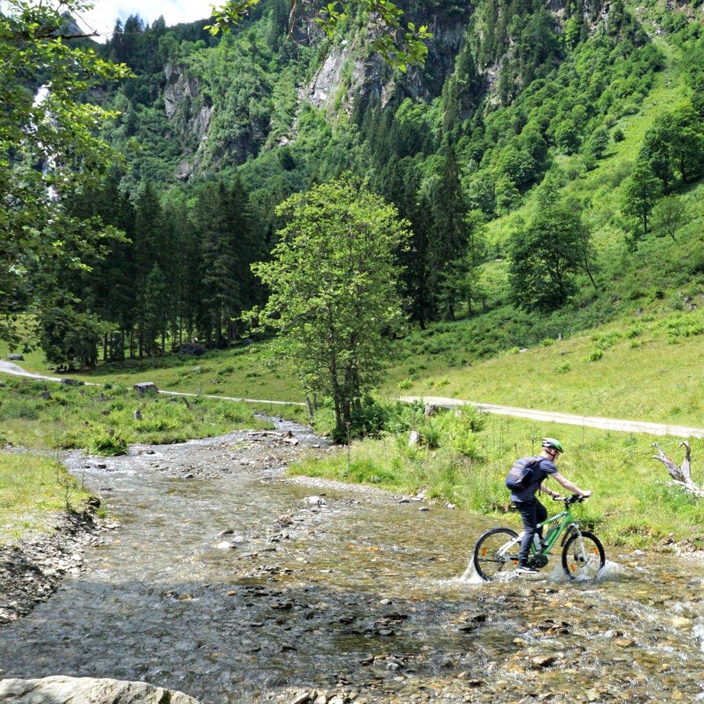 e-bike bach durchqueren