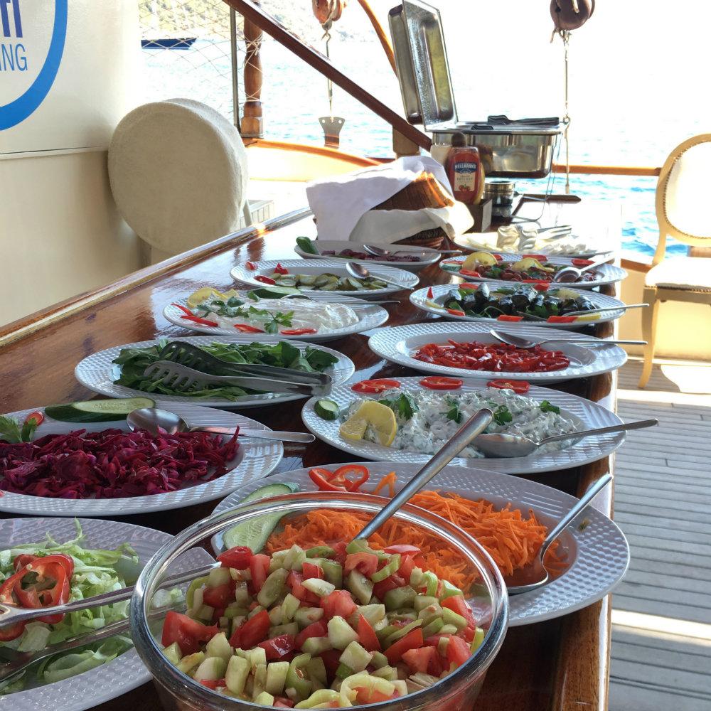 türkische gerichte essen boot salat