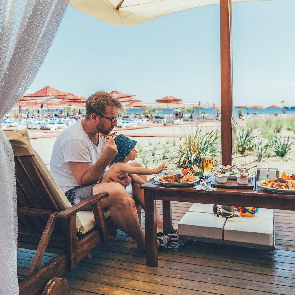 Papa mit Sohn Essen am Strand TUI BLUE Hotels