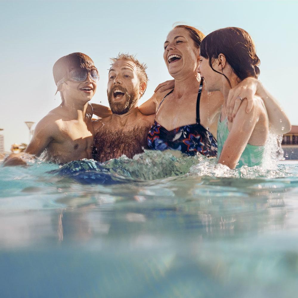 Familie im Pool hat Spaß TUI Blue
