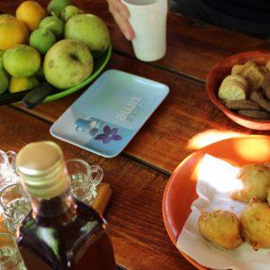 gedeckter-tisch-schnapps-obst-snacks-kroatien