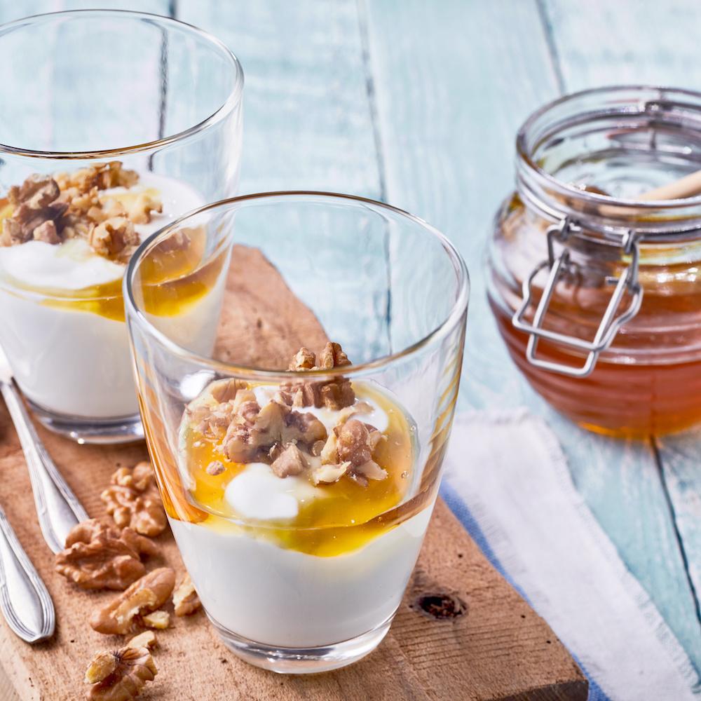 Griechischer Joghurt mit Honig und Nüssen