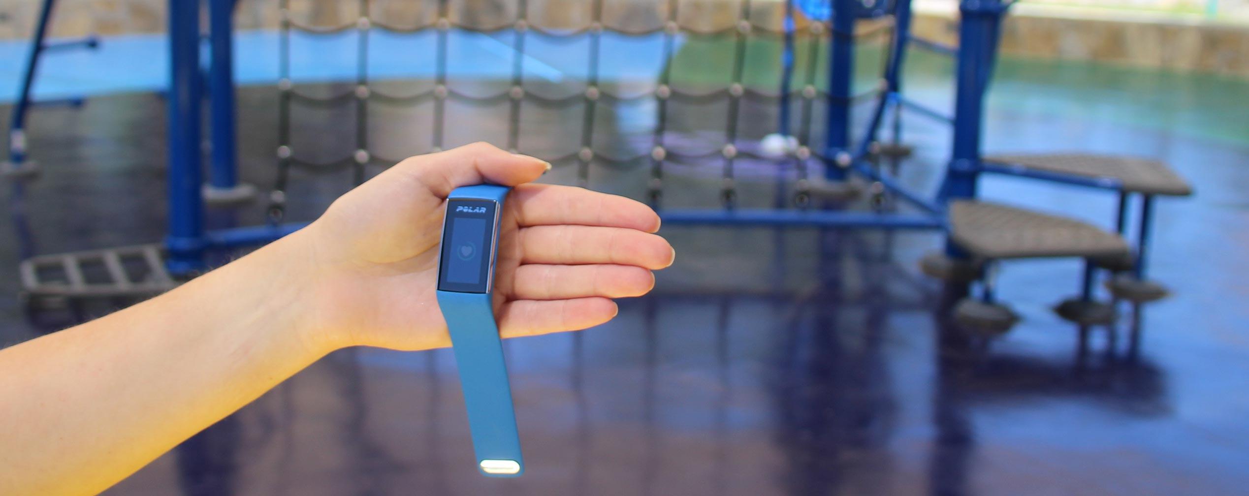 Hand präsentiert Fitnesstracker Polar A360