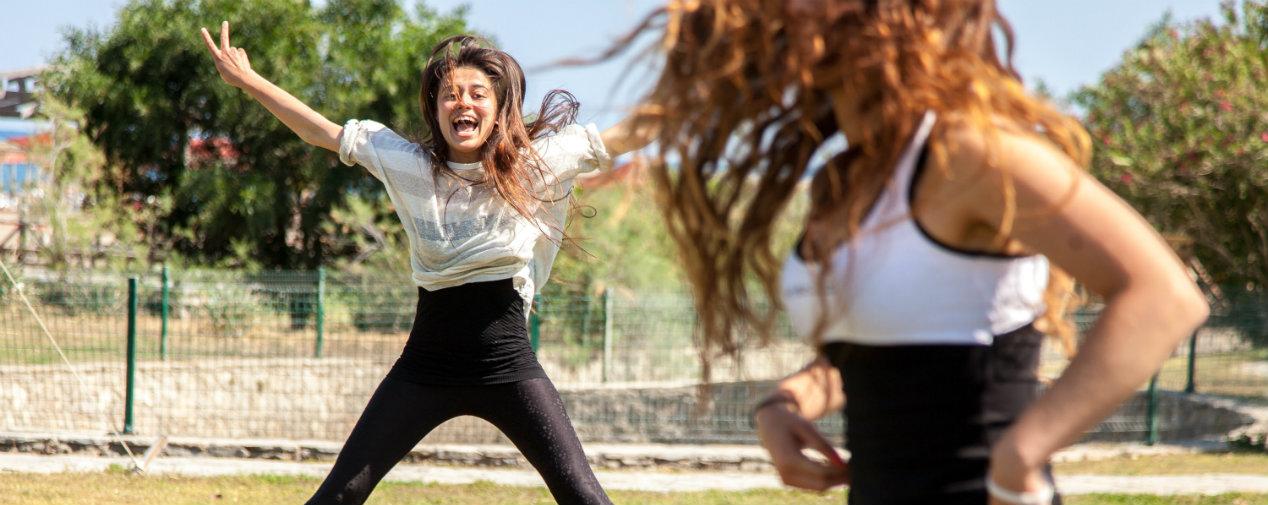 Zwei Mädchen beim jumping Fitness im Tui BLue
