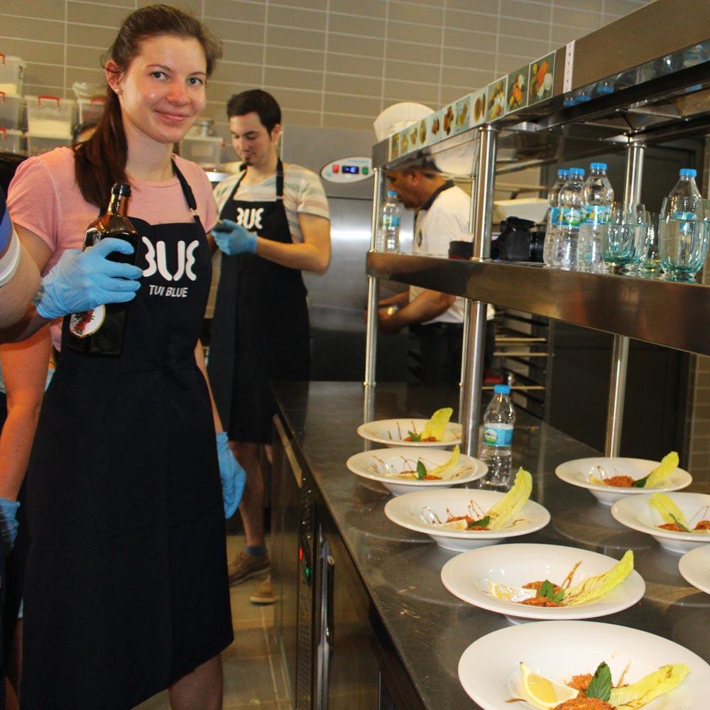 Kochen mit dem Hoteldirektor Gast richtet Essen an