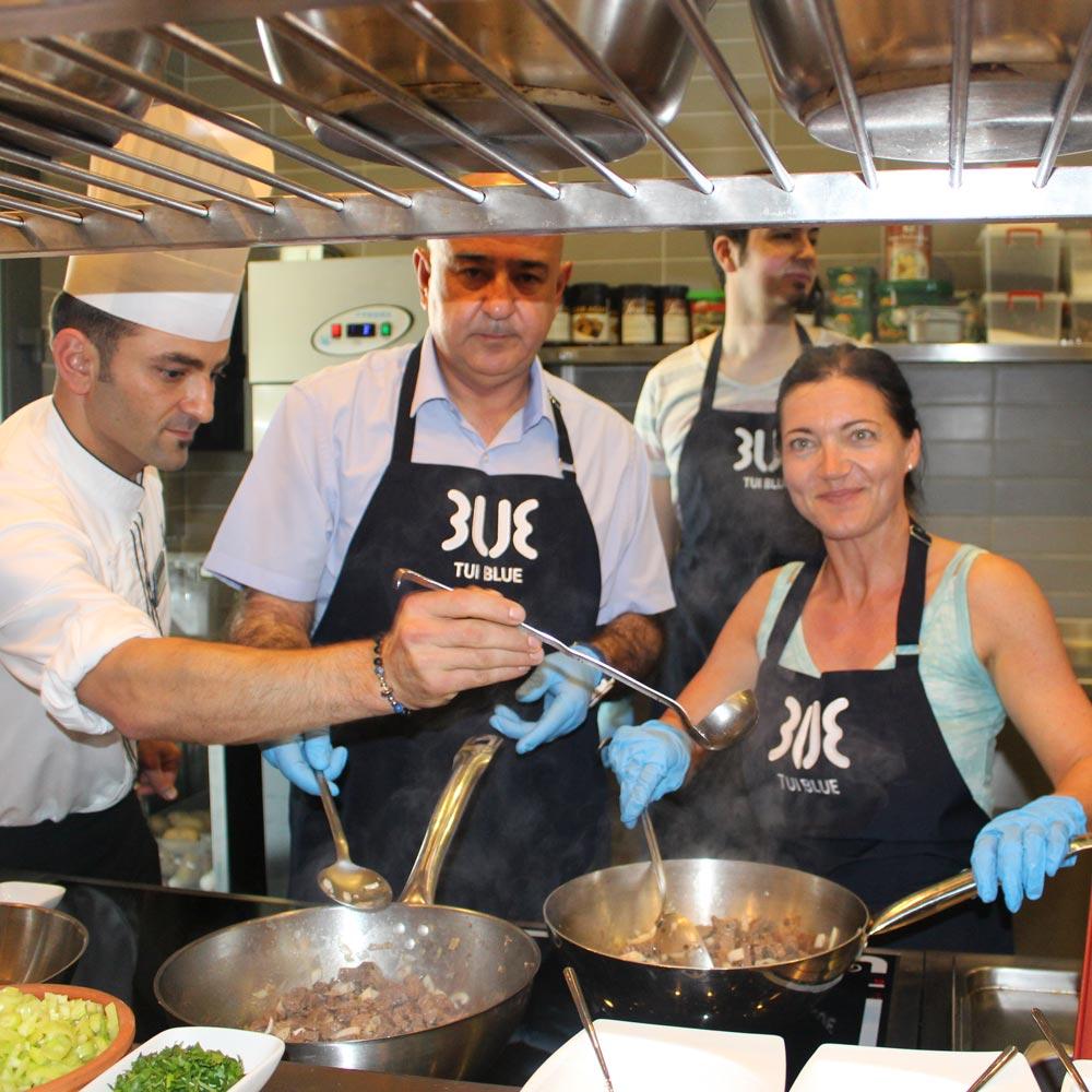 Kochen mit dem Hoteldirektor Yavuz und Gast bei Zubereitung