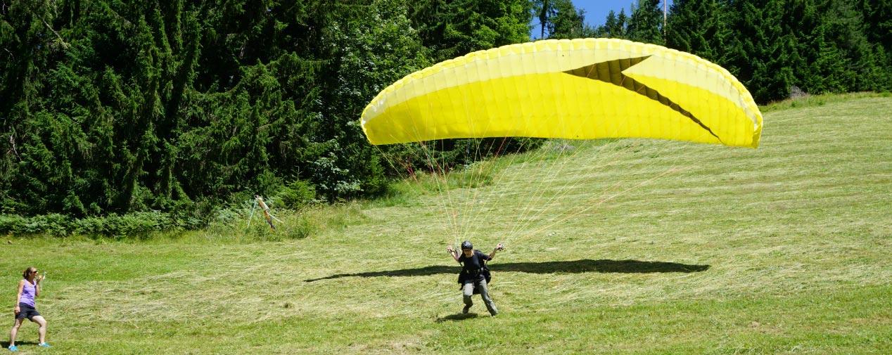 Miri beim Paragliding in Schladming