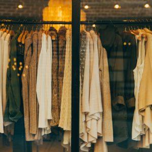 Kleidung hängt im Schaufenster