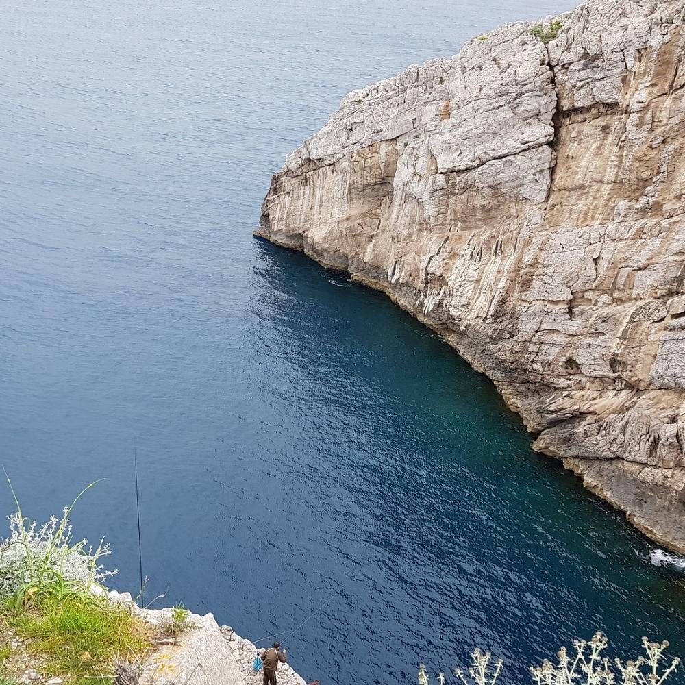 Felsklippen mit Blick auf die Bucht