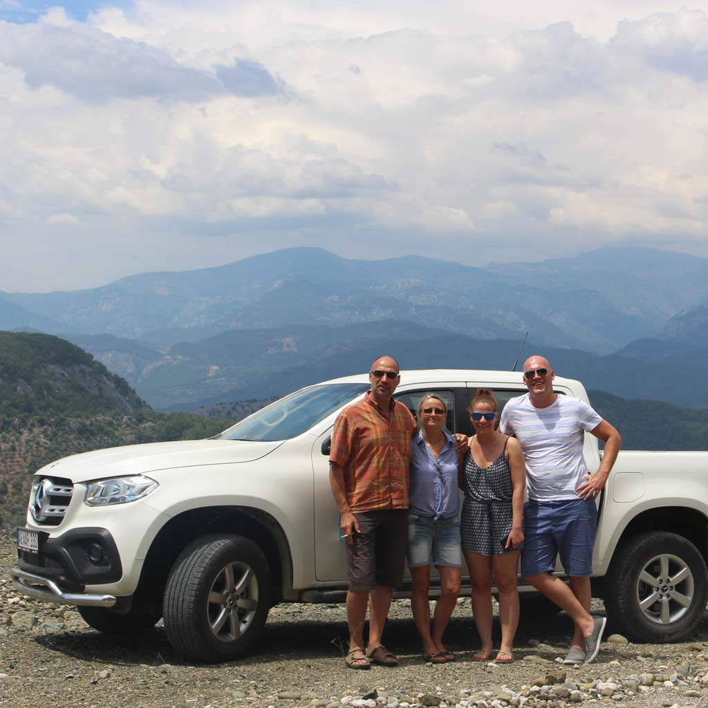 reisegruppe vor taurusgebirge