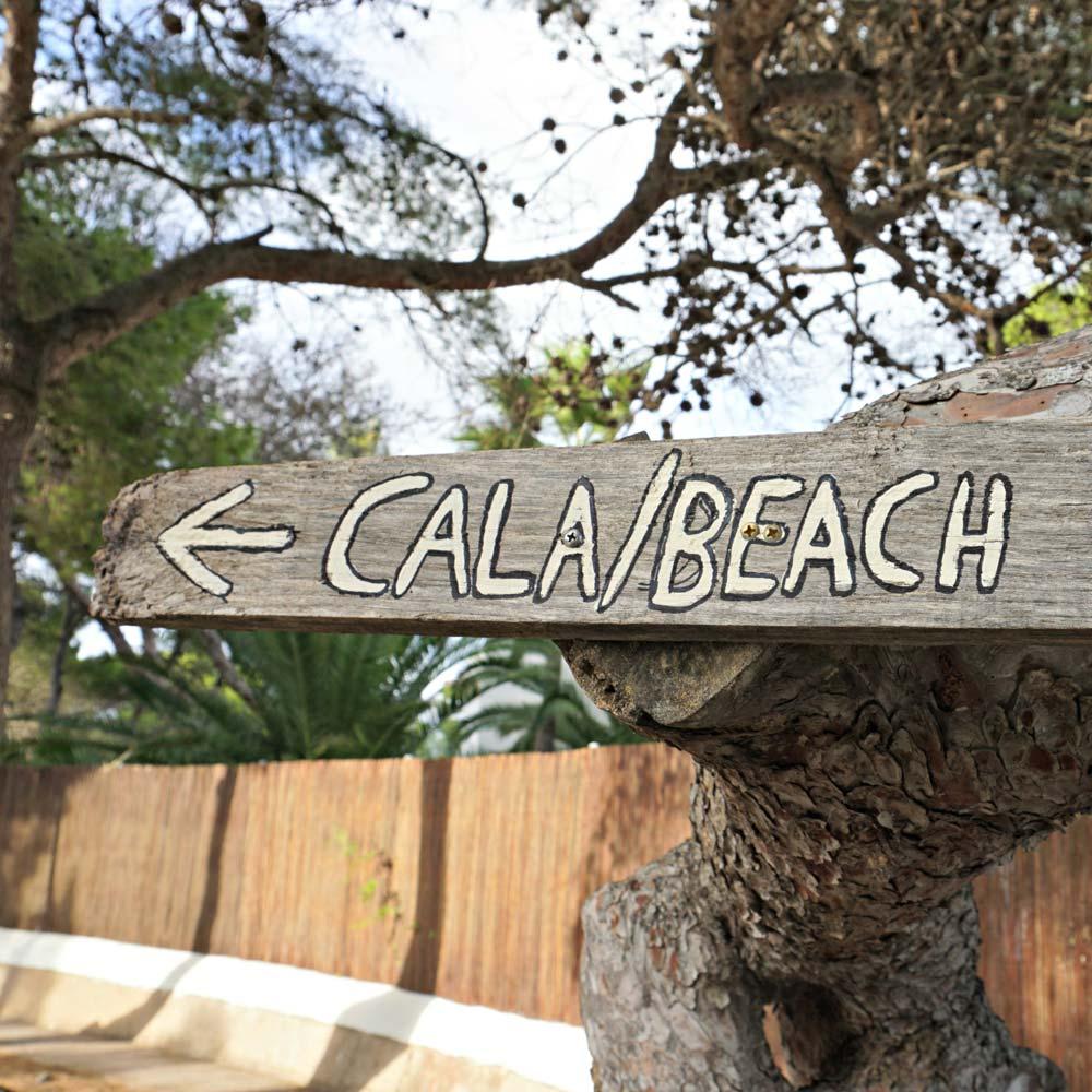 schild wegweiser cala beach