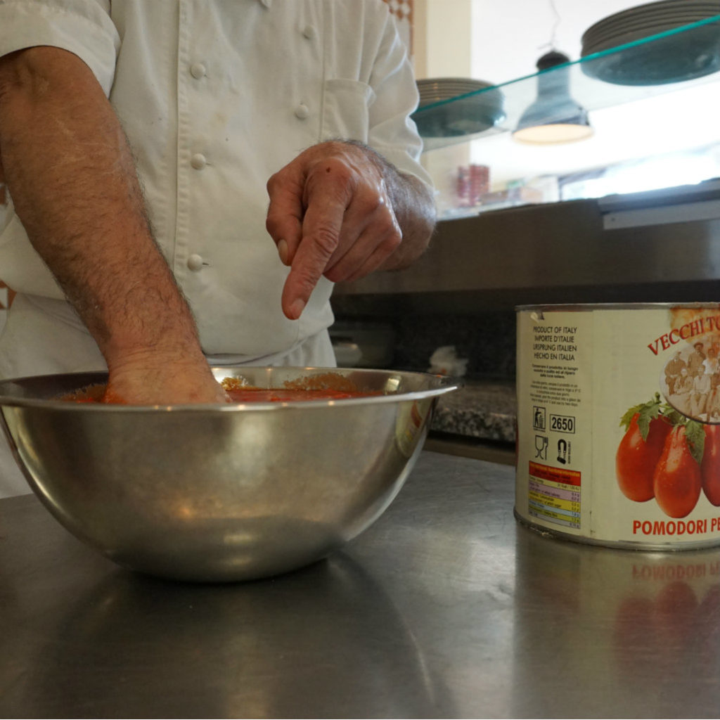Giuseppe beim Anrühren der Tomatensauce