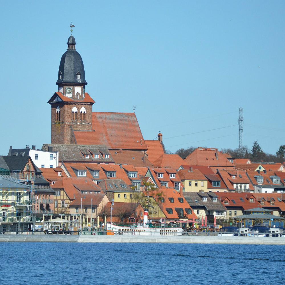 Stadt Waren Kirchturm Wasser