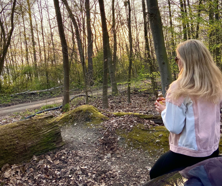 Frau im Wald mit Drink Autoreise Europa