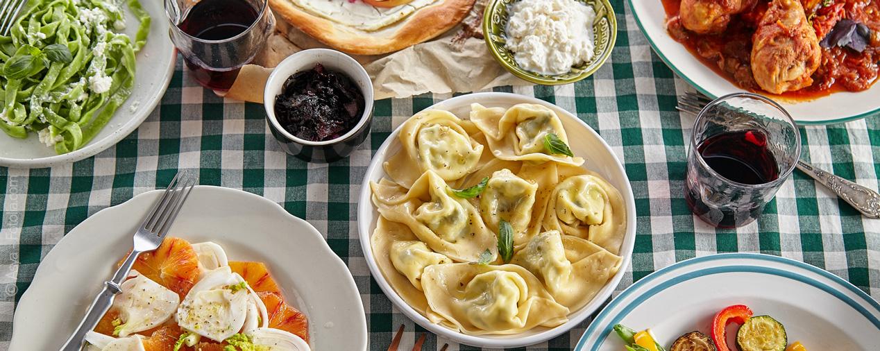 toskanische küche gedeckter tisch