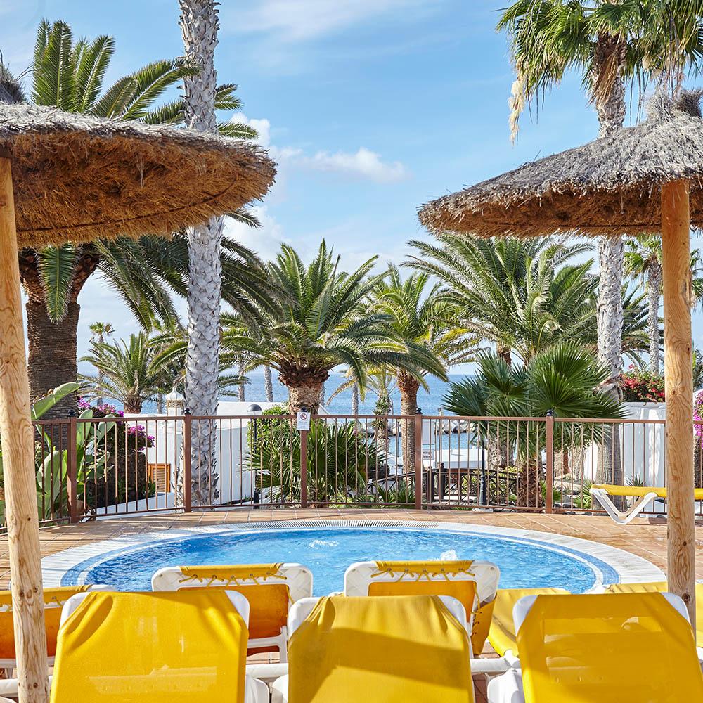 Pool Liegestühle Palmen Familienurlaub