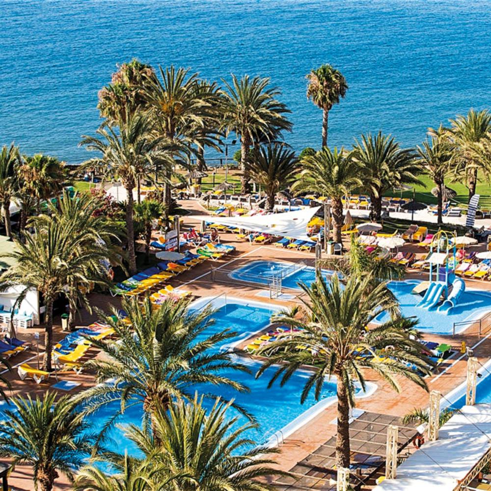 Palmen Urlaub Resort Wasser Pool Liegestühle TUI