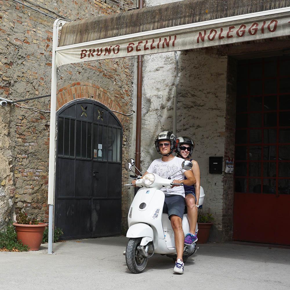 Miri und der Guide auf der Vespa