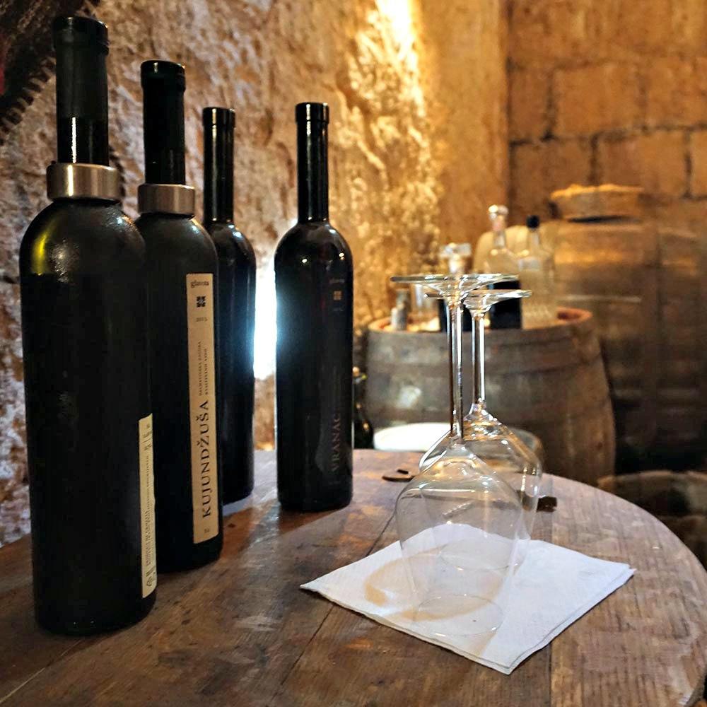 weinflaschen auf fass weinkeller kroatiens hinterland